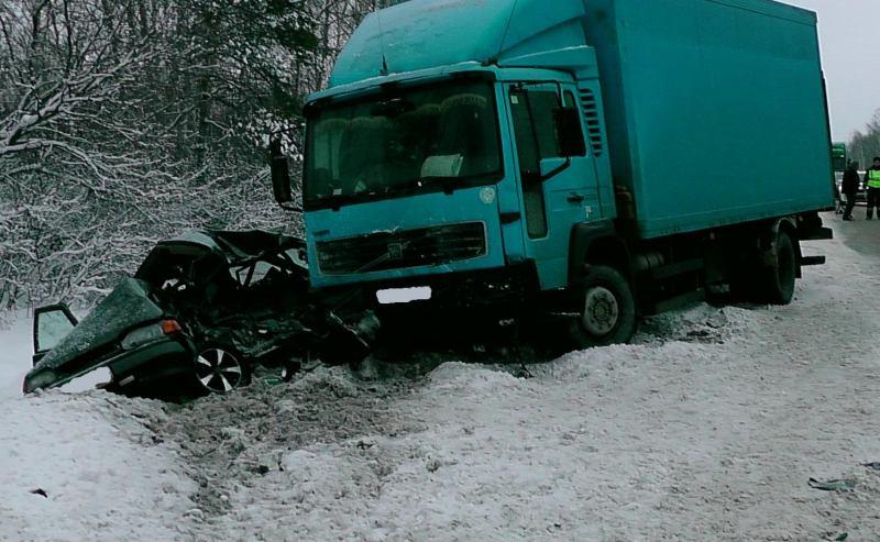 автомобиль «ford focus» совершил столкновение грузовиком «volvo».