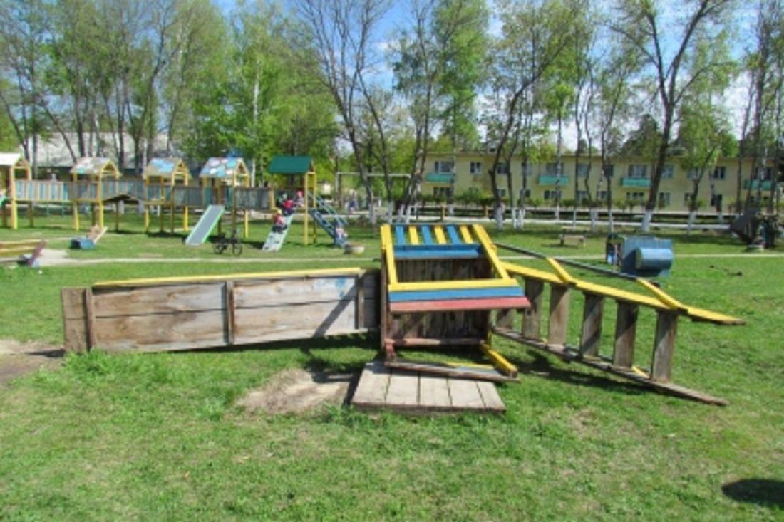 Нашестилетнего ребенка изЛеонидовки упала деревянная горка