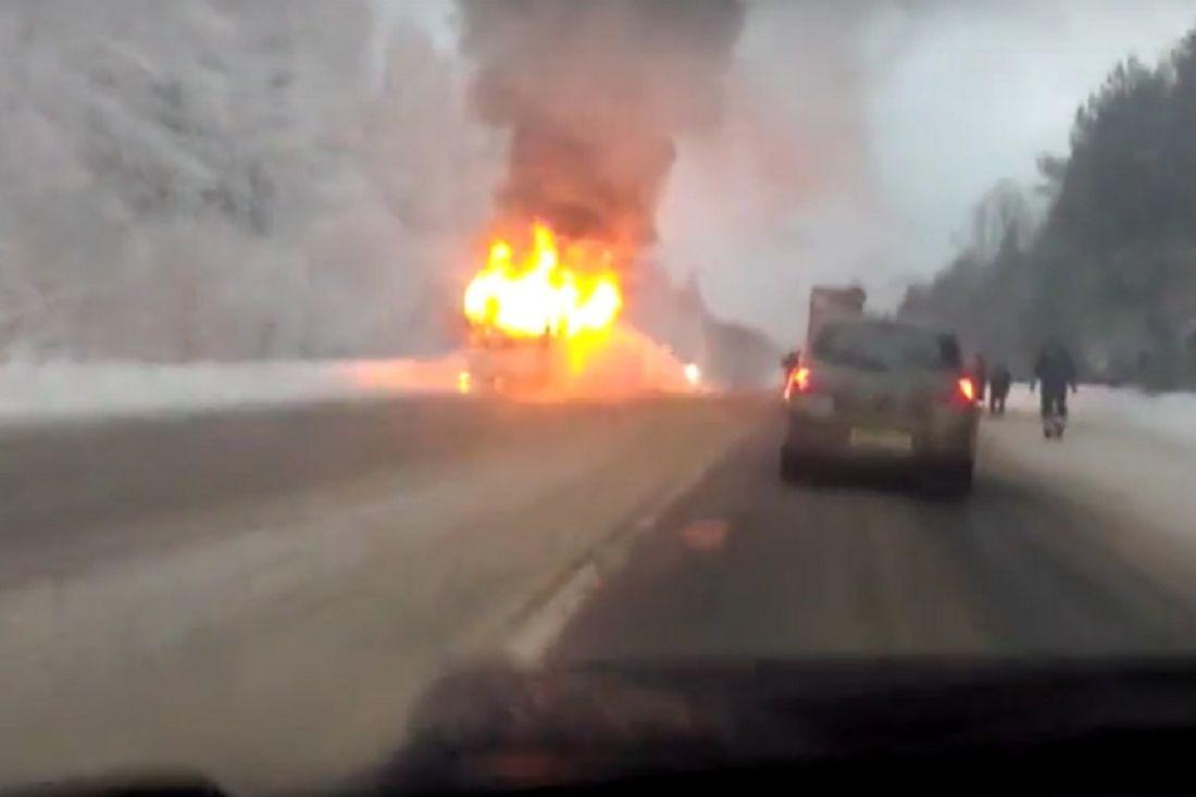 Новая Ладога: ученический автобус сгорел натрассе Вологда