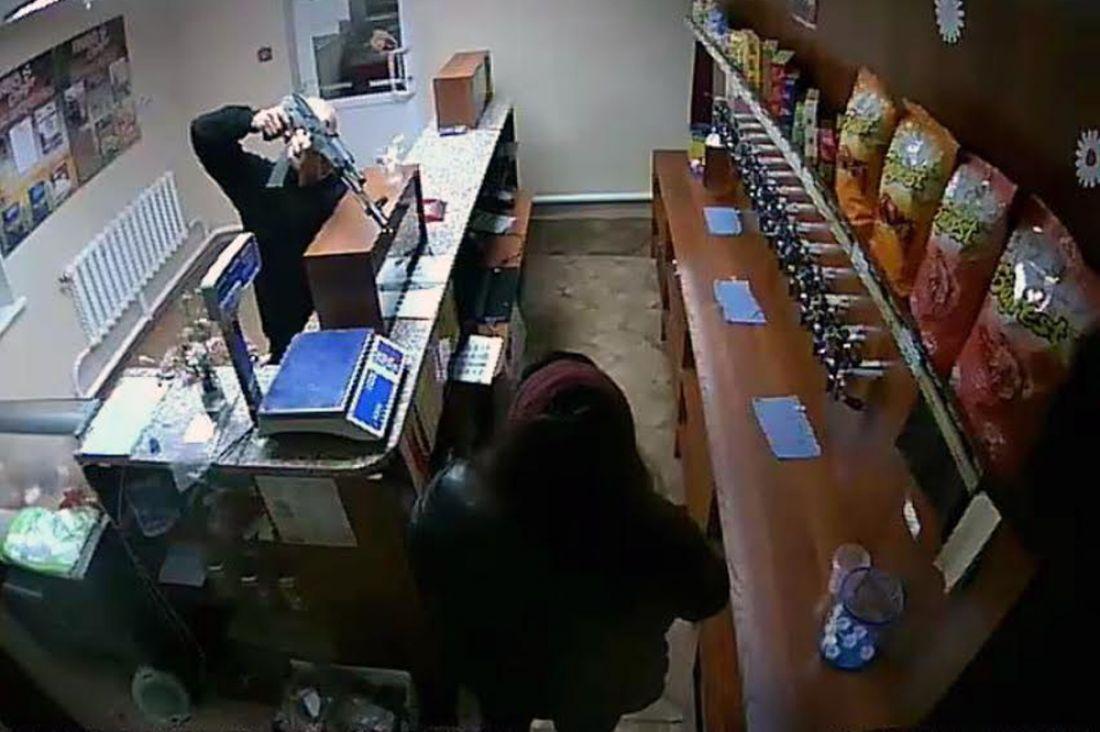Вооруженный автоматом рецидивист похитил шашлык ибутылку пива