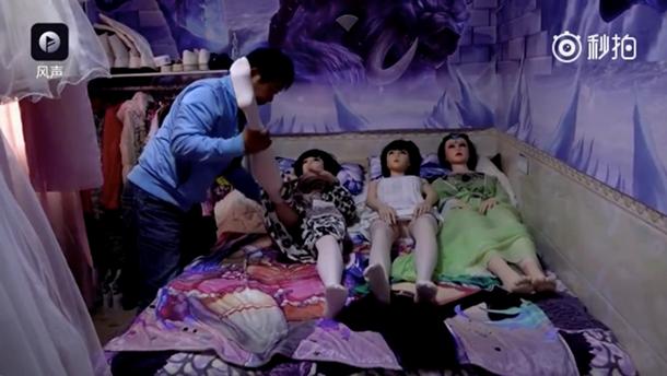 В КНР 58-летний мужчина живет ссемью резиновыми секс-куклами