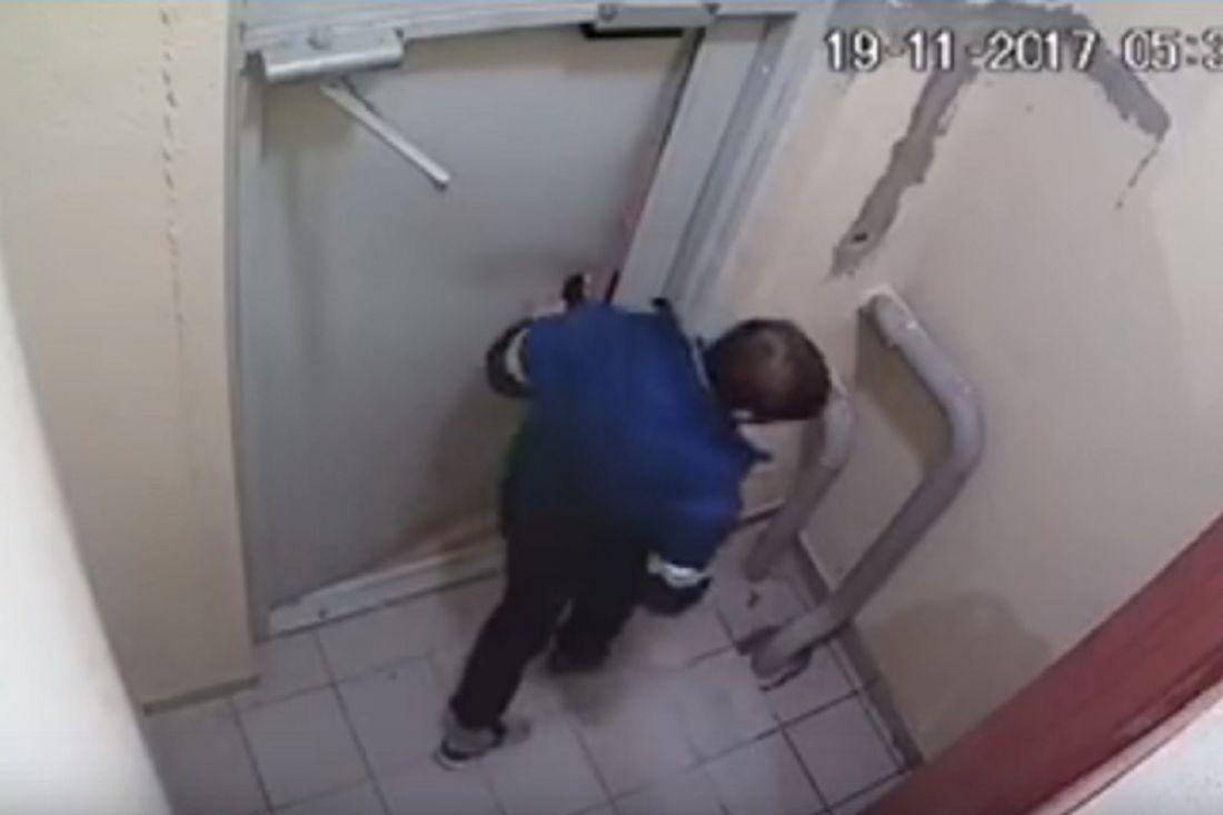 Нетрезвый мужчина три часа выламывал железную дверь под камерами наблюдения