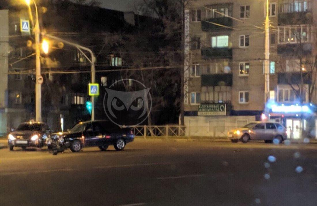 На перекрестке в центре Пензы в аварию попали «десятка» и «Лада Калина»