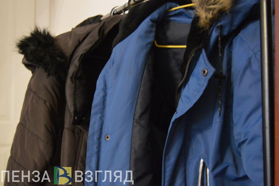 Из пензенского ТЦ вытащили футболки, платье, куртку и брюки