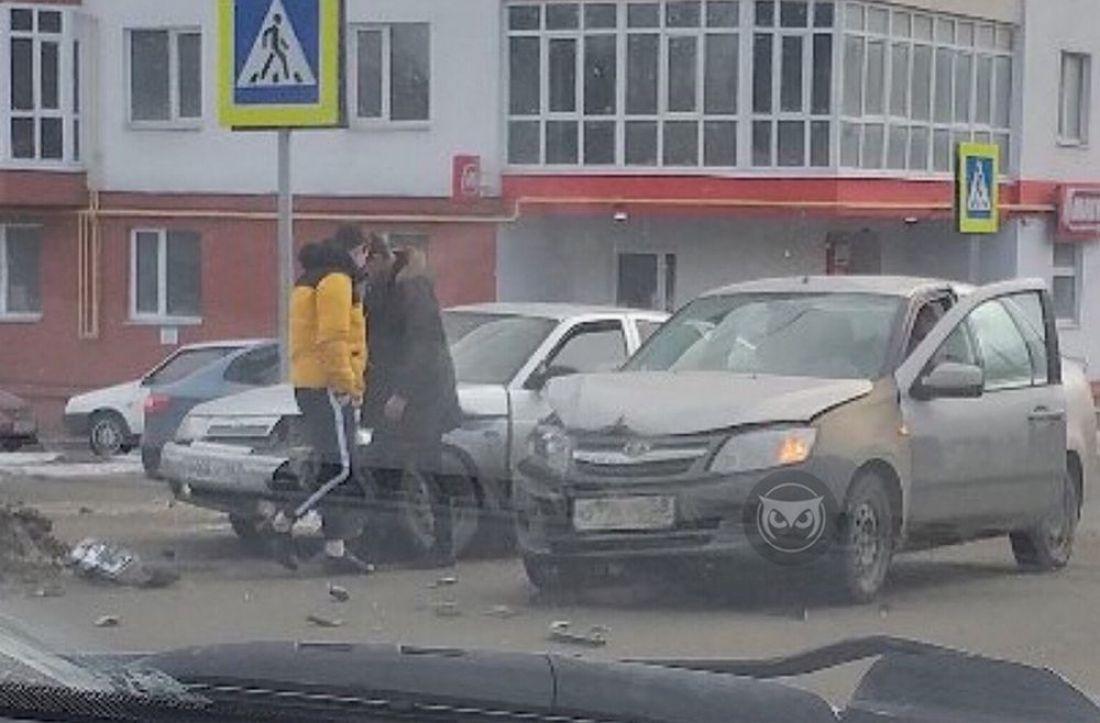 На пензенском перекрестке в аварию попали отечественные машины