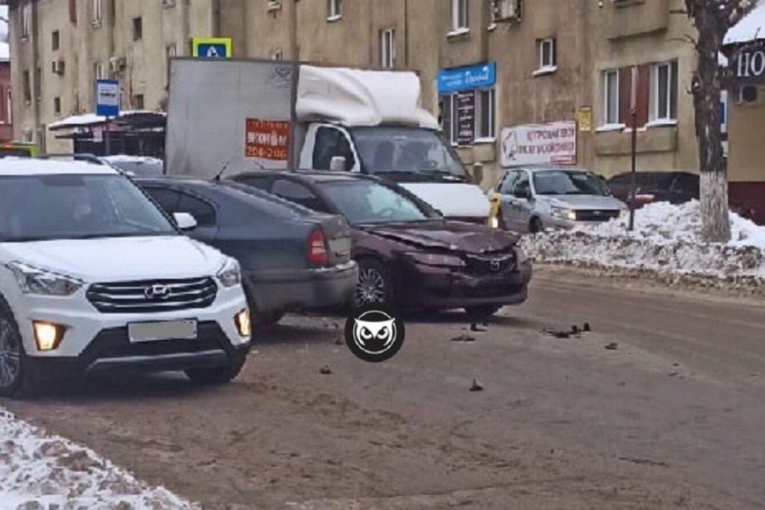 К месту ДТП на улице Куйбышева в Пензе прибыли сотрудники ГИБДД. Фото