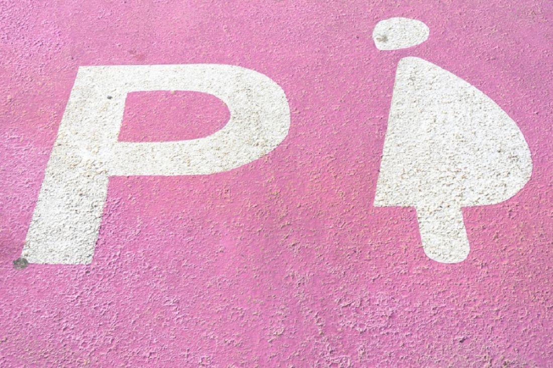 Дептранс рассмотрит возможность создания в столице России парковок для беременных