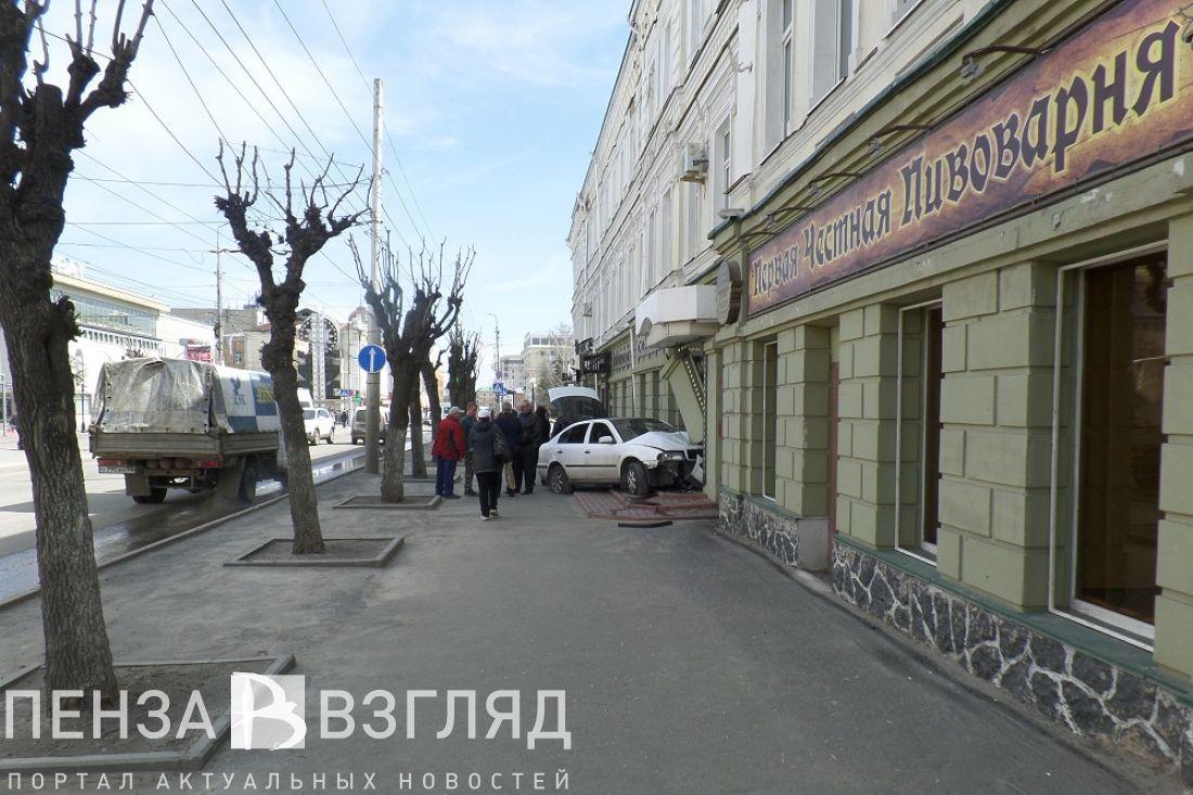ВПензе наулице Максима Горького легковушка врезалась в сооружение
