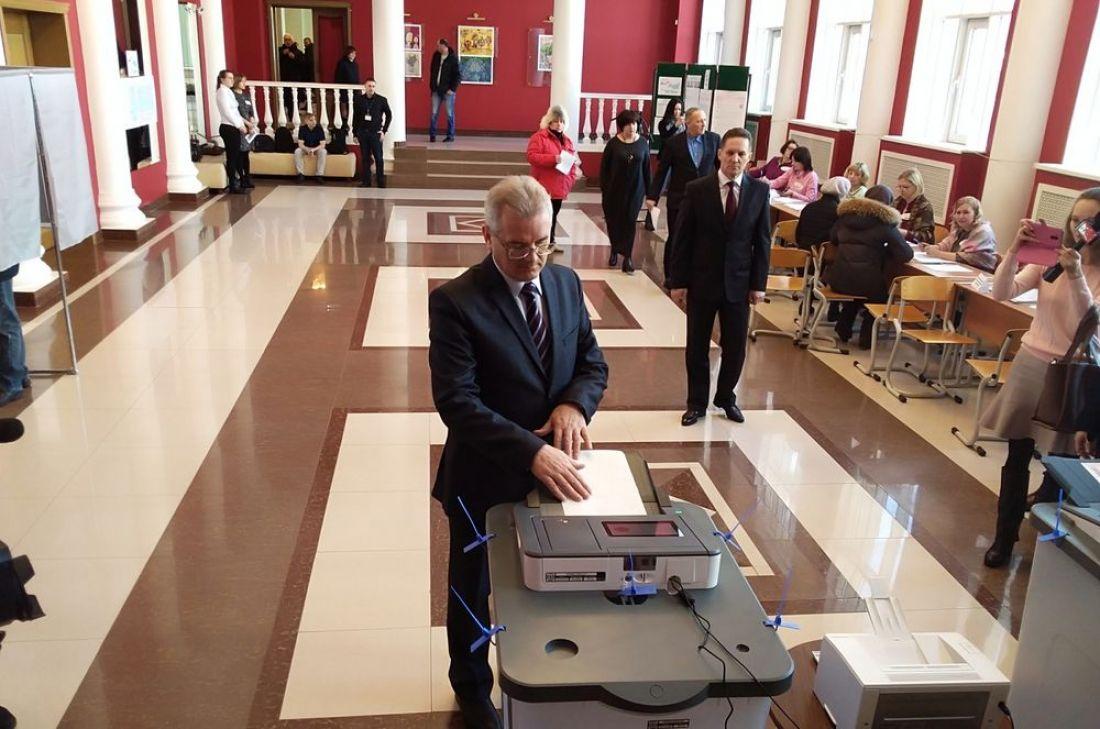 Вдень выборов Президента России губернатор Иван Белозерцев проголосовал одним изпервых