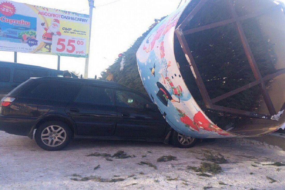 Новогодняя елка упала наприпаркованные около ТЦавтомобили