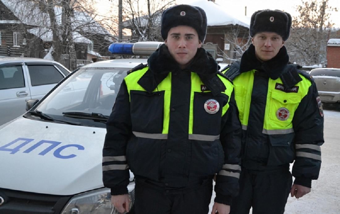 ВПрикамье полицейские спасли замерзающих натрассе женщину с сыном