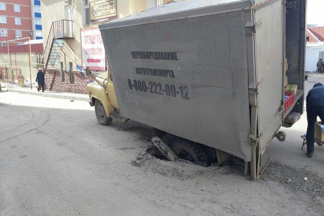 Наулице Кижеватова фургон провалился вканализационный люк
