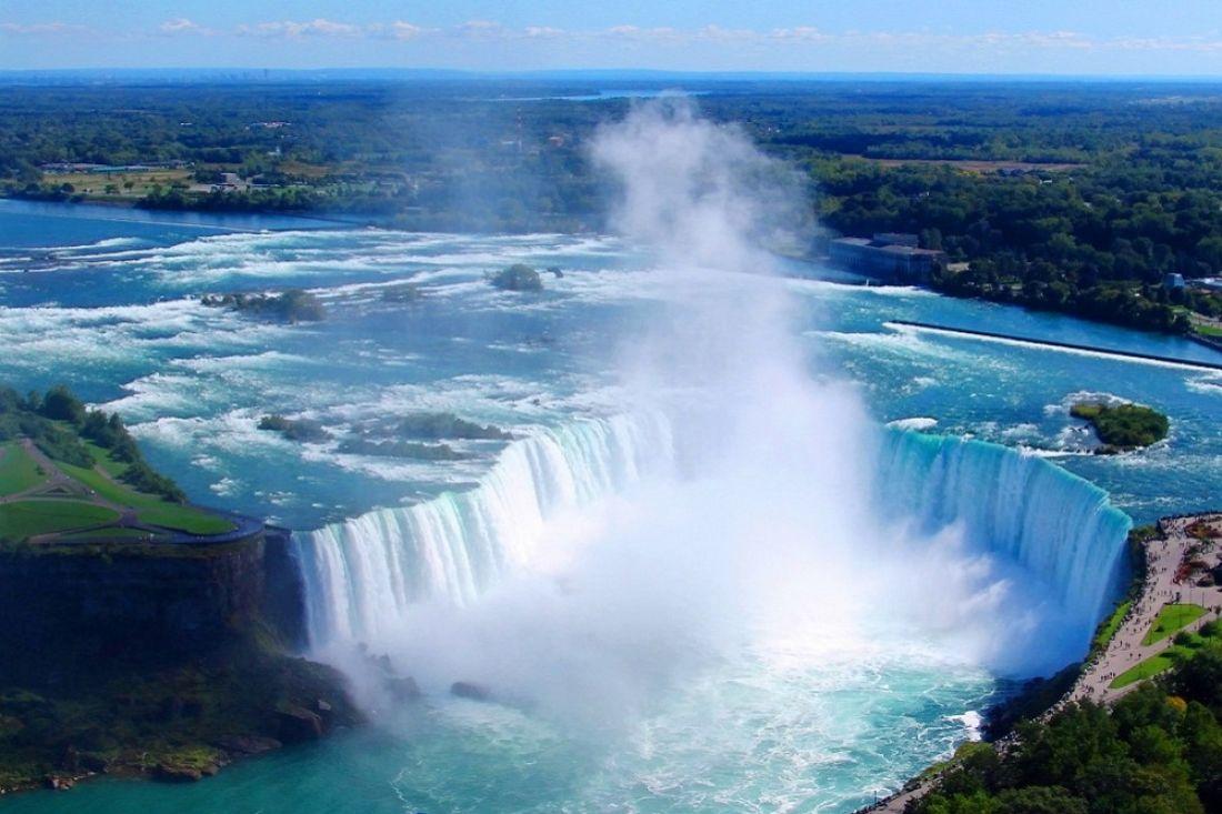 ВКанаде ребенок упал вНиагарский водопад вовремя фотосессии ивыжил