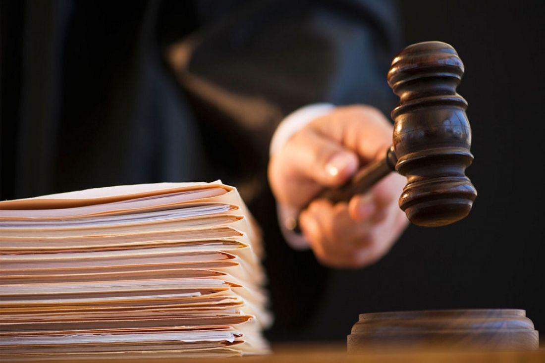 Пенсионер, избивший школьницу загромкое пение, предстал перед судом
