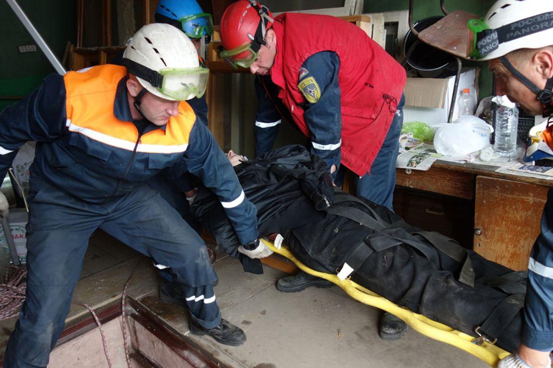 Пензенские cотрудники экстренных служб вытянули изпогреба мужчину, повредившего позвоночник при падении