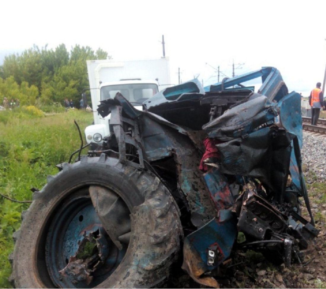 Под Пензой пассажирский поезд столкнулся страктором, умер  человек