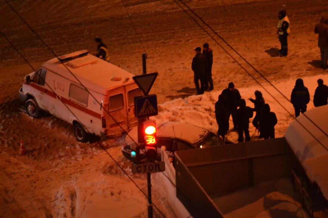 Появилось видео столкновения «скорой» ииномарки назаснеженной дороге вТерновке