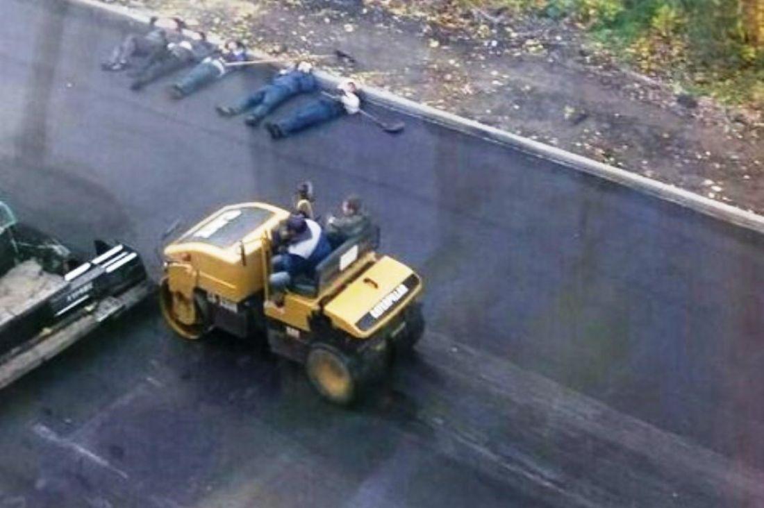 Фото лежащих наасфальте перед катком саратовских дорожников понравилось Интернету
