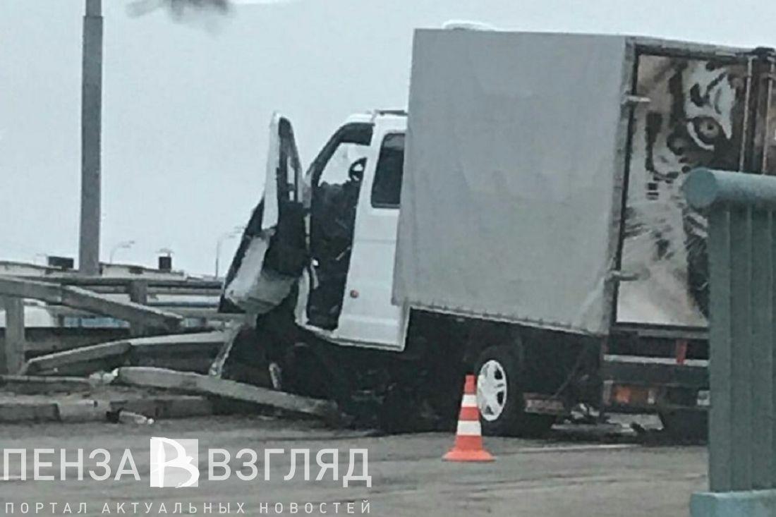 ВПензе наулице Измайлова затруднено движение из-за происшествия надороге с грузовым автомобилем