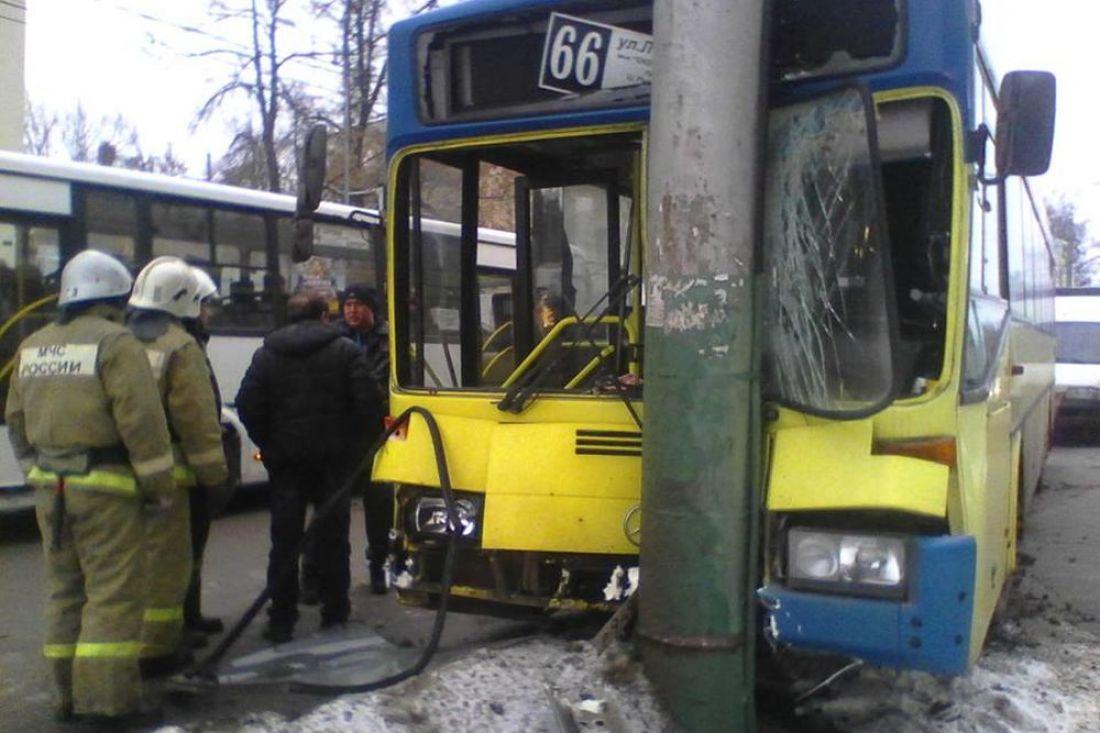 ВПензе пассажирский автобус №66 врезался встолб