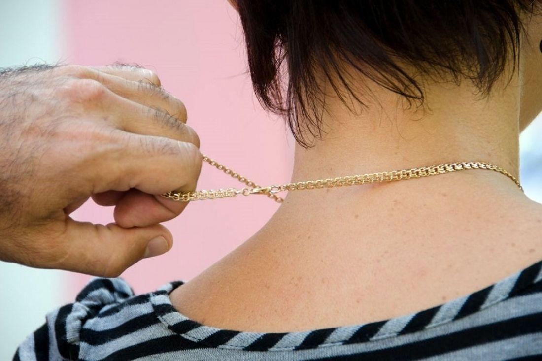 Фото девушки с цепями на шее