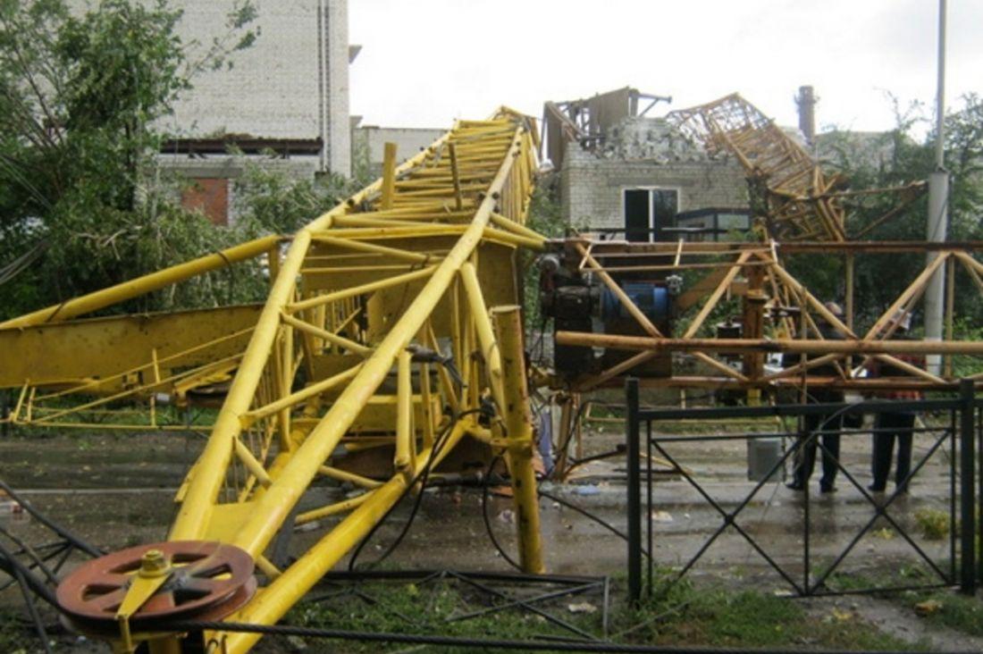 ВКрасноярске башенный кран упал настроительной площадке