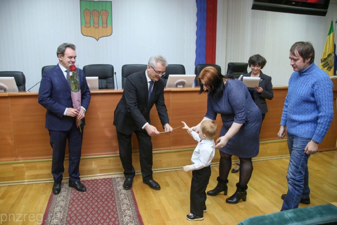 ВПензе 30 молодых семей получили жилищные сертификаты