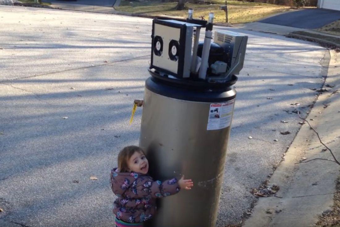 Маленькая девочка приняла водонагреватель заробота иобняла его