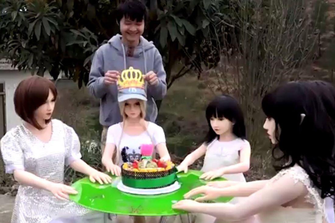 ВКитайской республике мужчина живет ссемьей изрезиновых секс-кукол