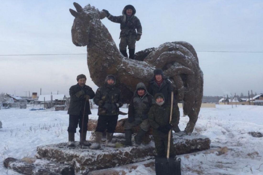 Гражданин Якутии изготовил огромного петуха изнавоза— Верность традициям