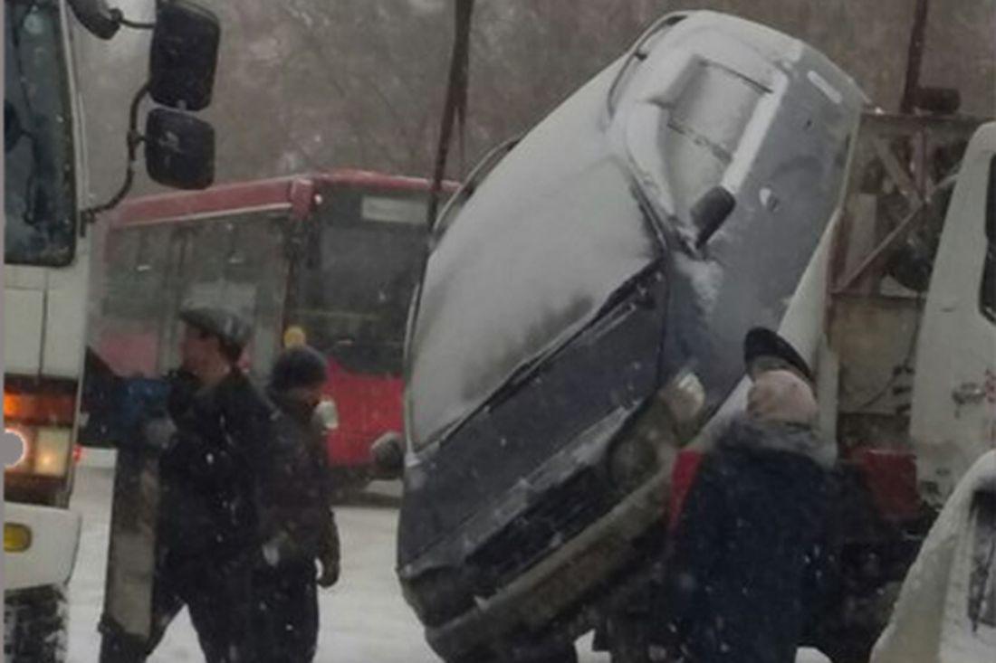 Машина упала сэвакуатора вИркутске-II