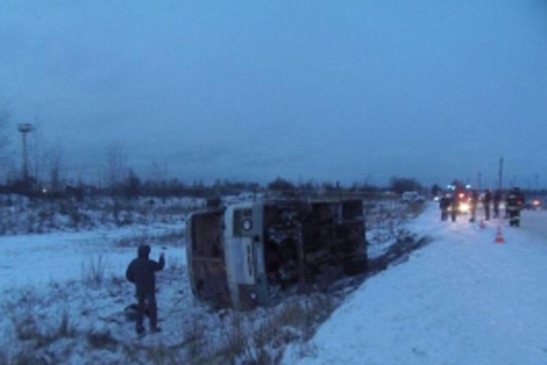 Автобус ПАЗ спассажирами съехал вкювет иперевернулся