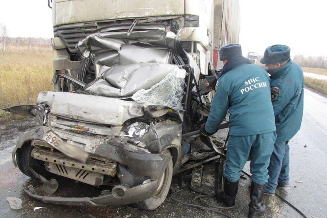 Натрассе вТюменской области две фуры раздавили «Ниву» изЧелябинска