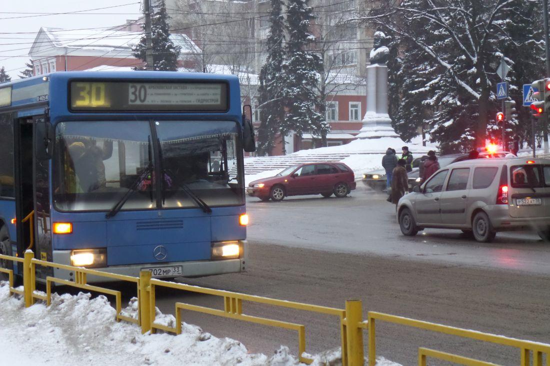 Пассажирский автобус врезался встолб вПензе, пострадали три человека