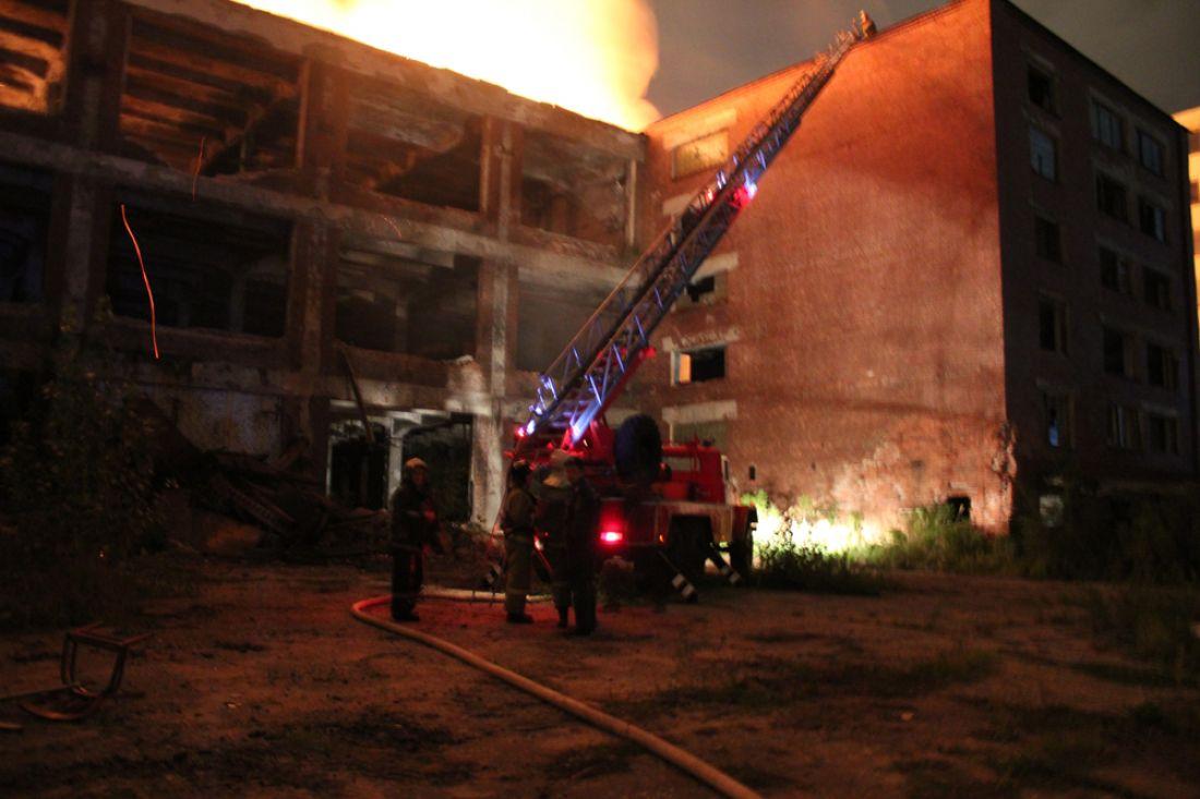 ВПензе кровлю неэксплуатируемого здания удалось потушить за25 мин.