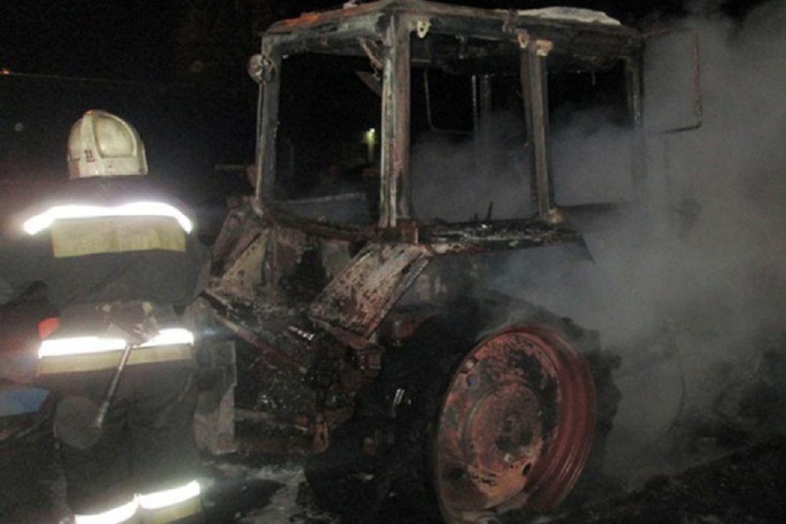 ВБогословке ночью сгорели кабины 2-х тракторов
